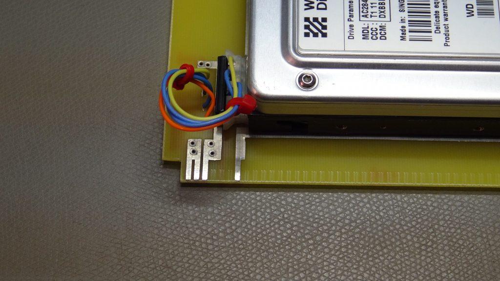Gros plan sur l'alimentation du disque dur.
