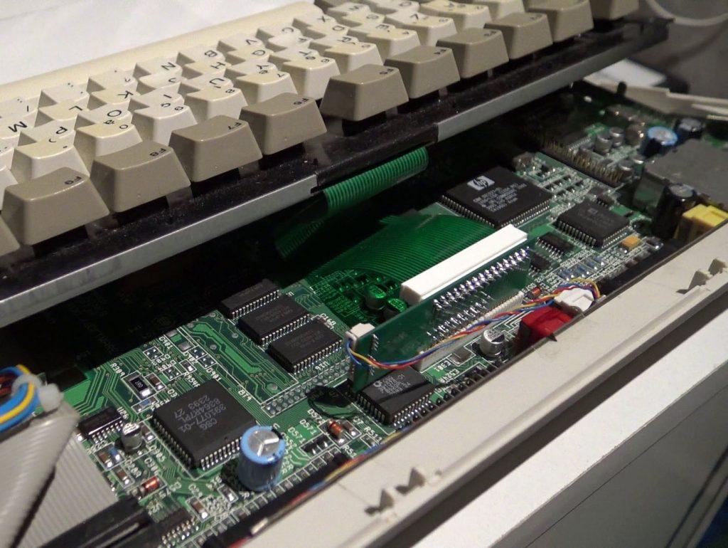 Carte additionnelle pour la gestion du clavier dans l'Amiga 1200 à laquelle le clavier d'origine est connecté.