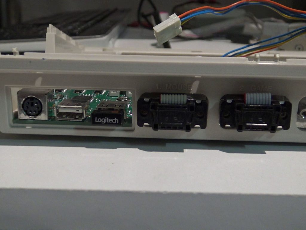 Connexion de l'interface KIMOJO à l'arrière de l'Amiga 1200.