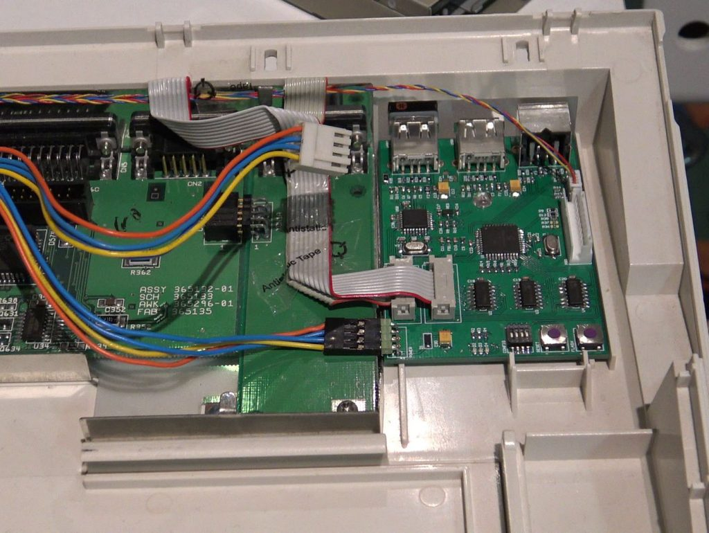 Interface KIMOJO installée dans l'Amiga 1200.