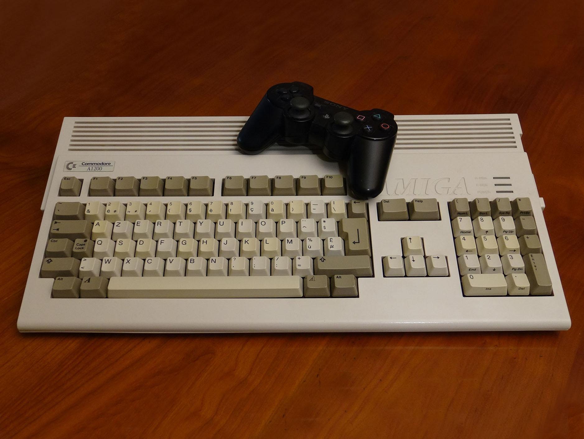 Manette DS3 et Amiga 1200.