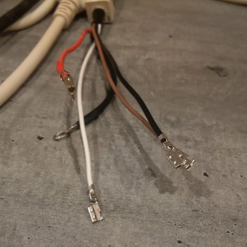 Broches du connecteur soudées aux fils